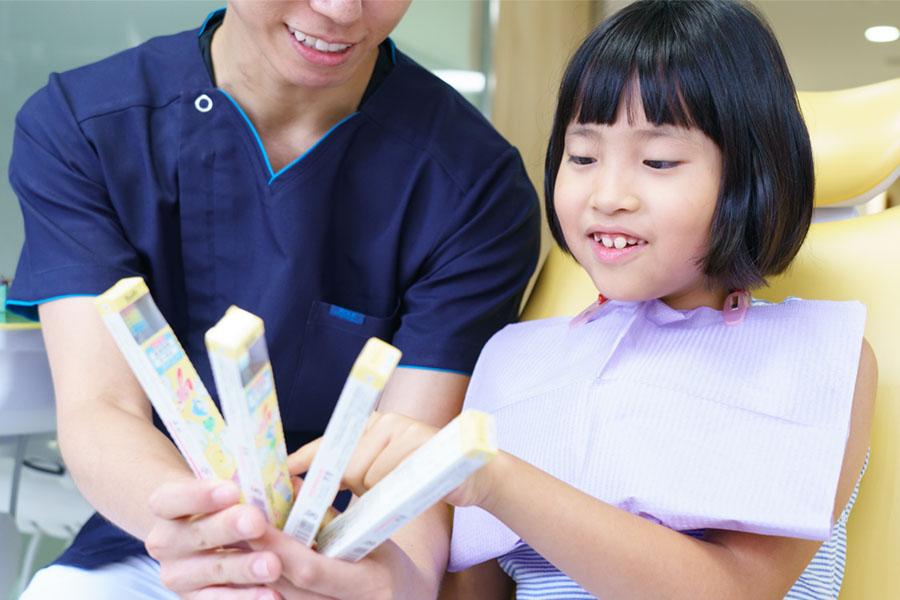 歯ブラシを選んでいる子ども