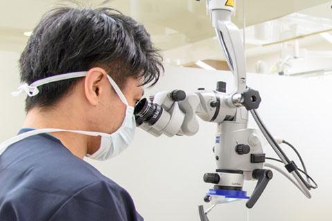 マイクロスコープを使用し根管治療
