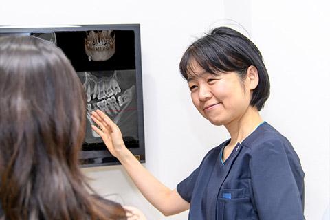 患者様に親知らずの状態を説明する歯科医師